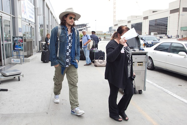 ©BAUER-GRIFFIN.COM John Mayer arrives at LAX (Los Angeles International Airport) with a distinct western look. NON-EXCLUSIVE September 16th 2011 Job: 110916NR3 Los Angeles, California www.bauergriffin.com www.bauergriffinonline.com